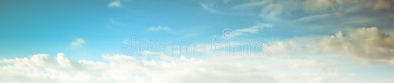 Chiaro giorno di estate dell'atmosfera di bellezza del cielo fotografie stock