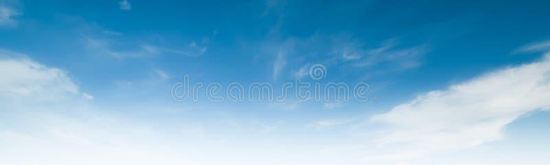 Chiaro giorno di estate dell'atmosfera di bellezza del cielo fotografia stock
