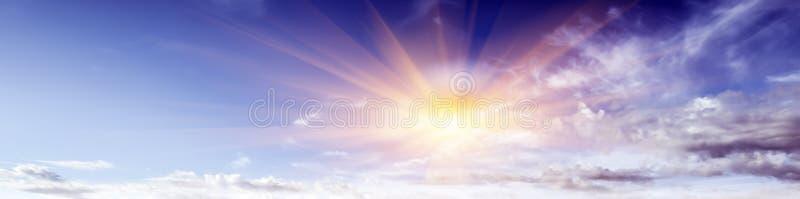 Chiaro giorno di estate dell'atmosfera di bellezza del cielo fotografia stock libera da diritti
