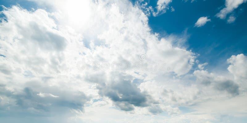 Chiaro giorno di estate dell'atmosfera di bellezza del cielo fotografie stock libere da diritti