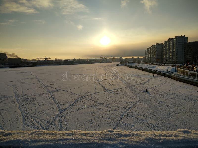 Chiaro giorno di inverno nella città fotografia stock libera da diritti