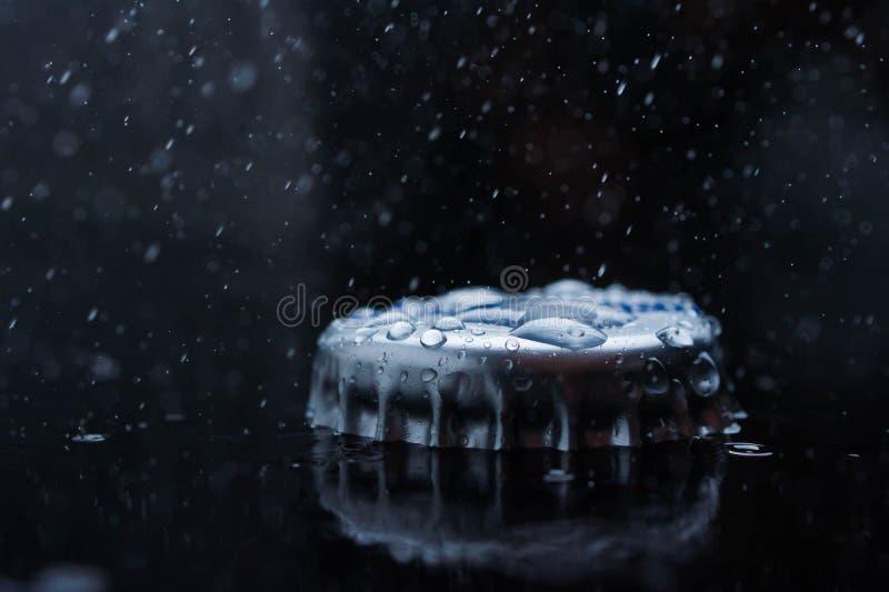 Chiaro sughero blu della spruzzata dell'acqua dolce da una bottiglia fotografie stock libere da diritti