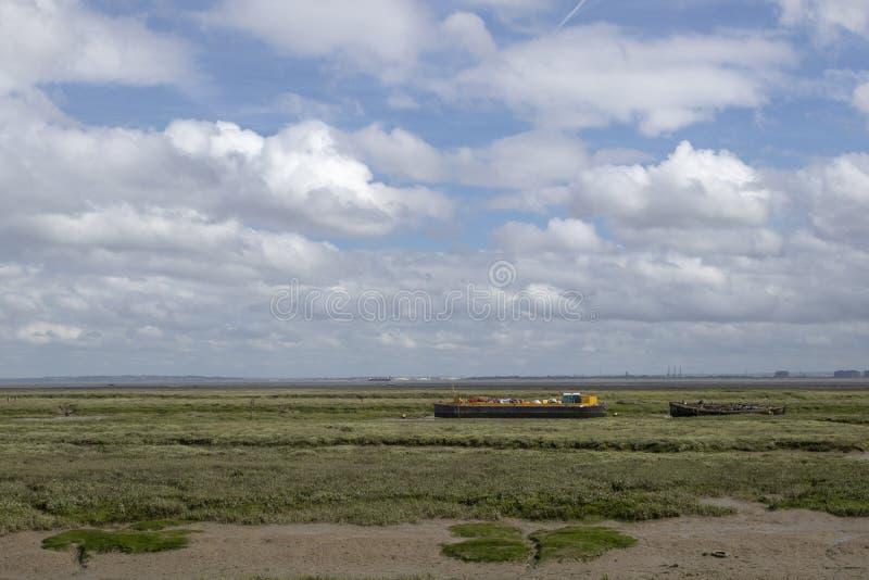 Chiatta e barche a Leigh anziano, Essex, Inghilterra fotografia stock libera da diritti