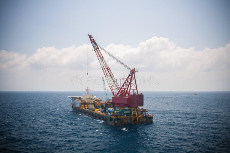 Chiatta gru che fa l'installazione pesante marina dell'ascensore fotografia stock