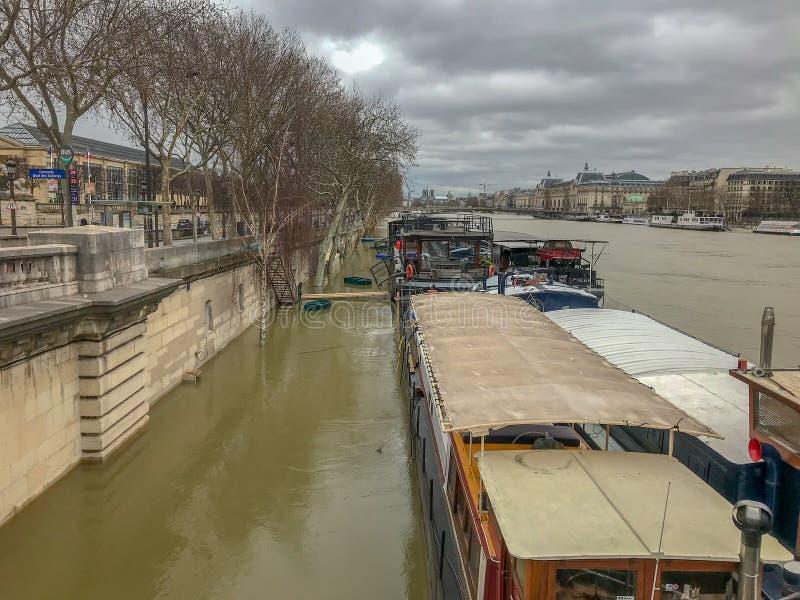 Chiatte sulla Senna sommersa, Parigi, Francia fotografie stock libere da diritti