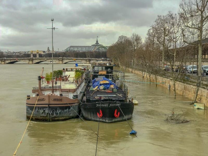 Chiatte sulla Senna sommersa, Parigi, Francia immagini stock libere da diritti