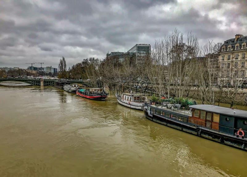 Chiatte sulla Senna sommersa, Parigi, Francia fotografie stock