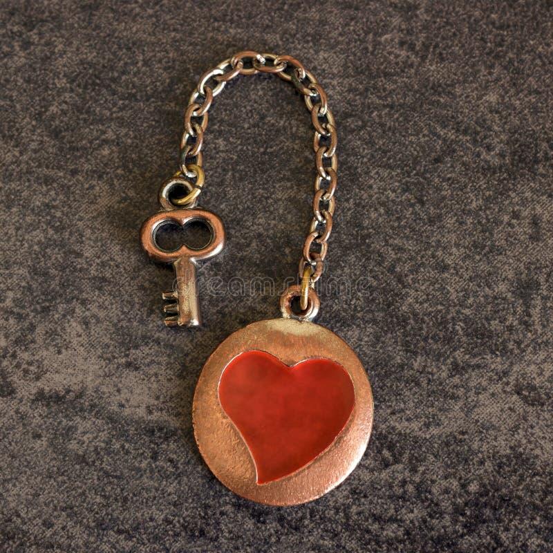 Chiave al cuore come simbolo di amore Concetto di giorno del ` s del biglietto di S fotografia stock libera da diritti