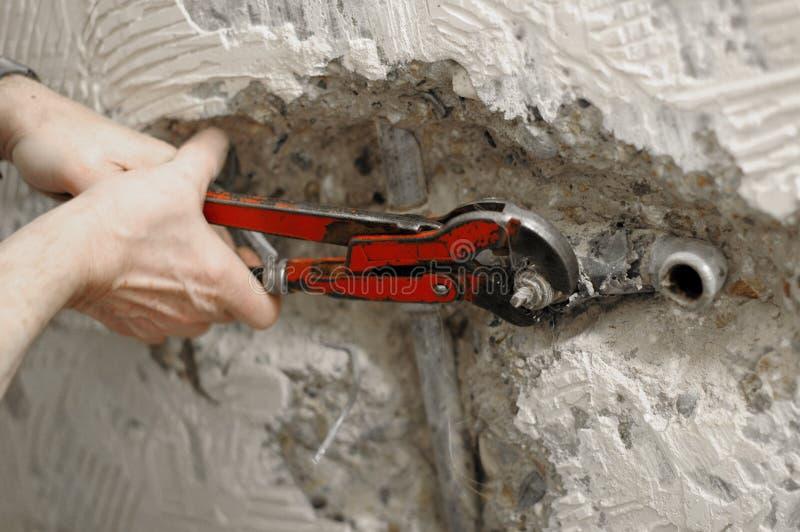 Chiave dell'idraulico in uso immagine stock libera da diritti
