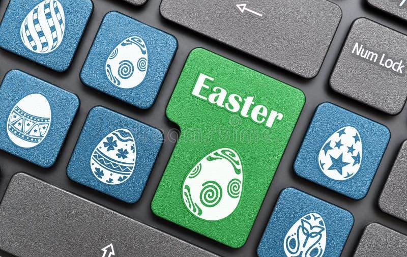 Chiave dell'uovo di Pasqua sulla tastiera immagine stock libera da diritti
