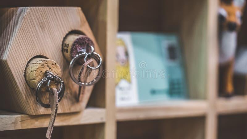 Chiave della maniglia su sughero di legno fotografia stock
