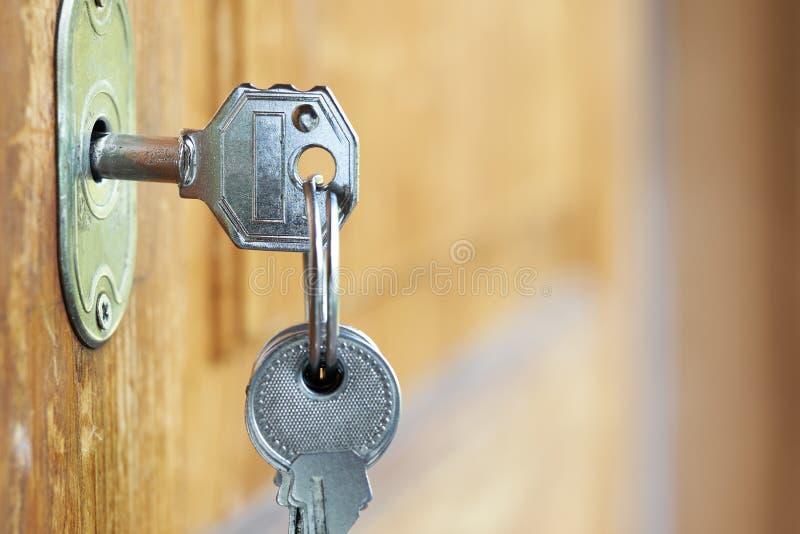 Chiave inserita in un foro chiave all'aperto immagine stock