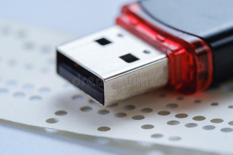 Chiavetta USB e nastro perforato obsoleto, deviazione standard immagine stock libera da diritti
