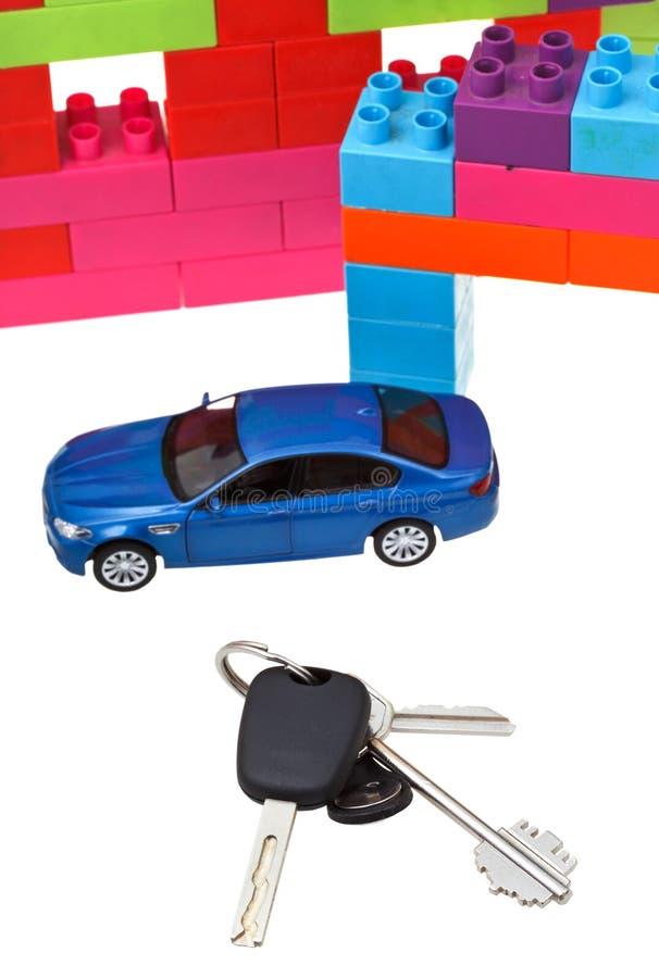 Chiavi, automobile di modello, casa di blocco di plastica immagine stock