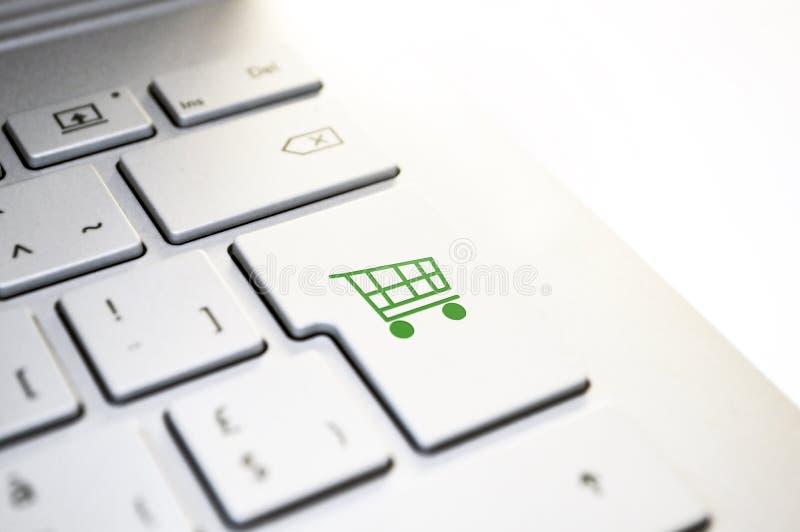 Chiavi bianche della tastiera di computer su fondo bianco, primo piano fotografia stock libera da diritti