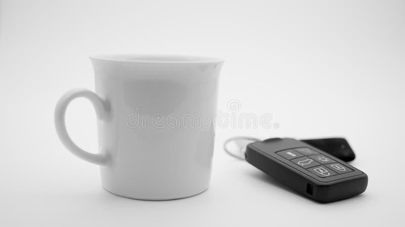 Chiavi dell'automobile del amd della tazza di caffè immagini stock