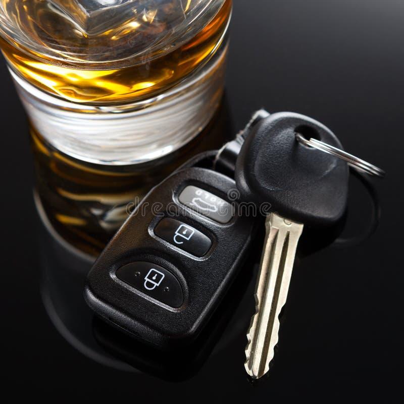 Chiavi dell'automobile e bevanda alcolica fotografie stock libere da diritti