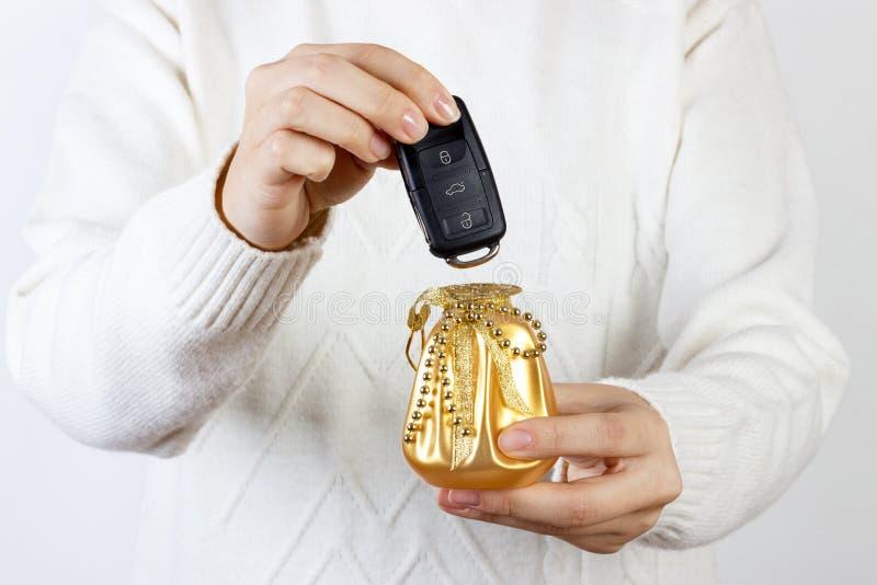 Chiavi dell'automobile Mano del venditore che fornisce le chiavi Ragazza con le chiavi dell'automobile fotografia stock