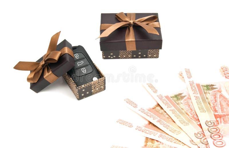 Chiavi dell'automobile, soldi e contenitori di regalo marroni fotografia stock libera da diritti