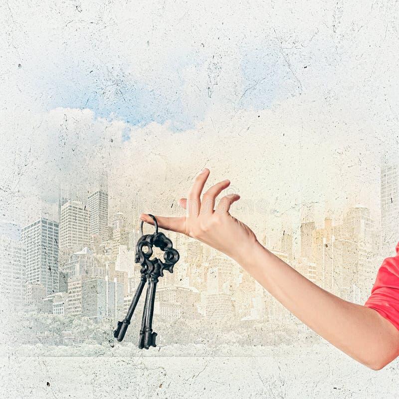 Chiavi della tenuta della mano fotografie stock