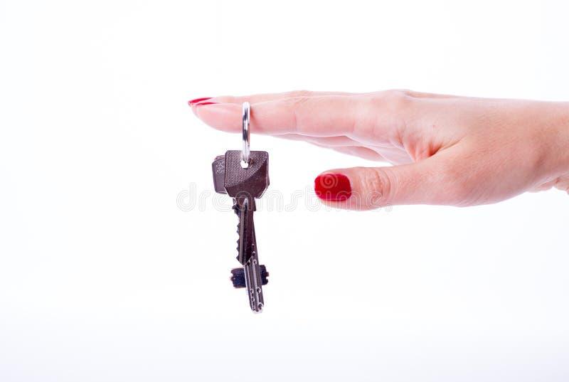 Chiavi della tenuta della mano della donna fotografia stock