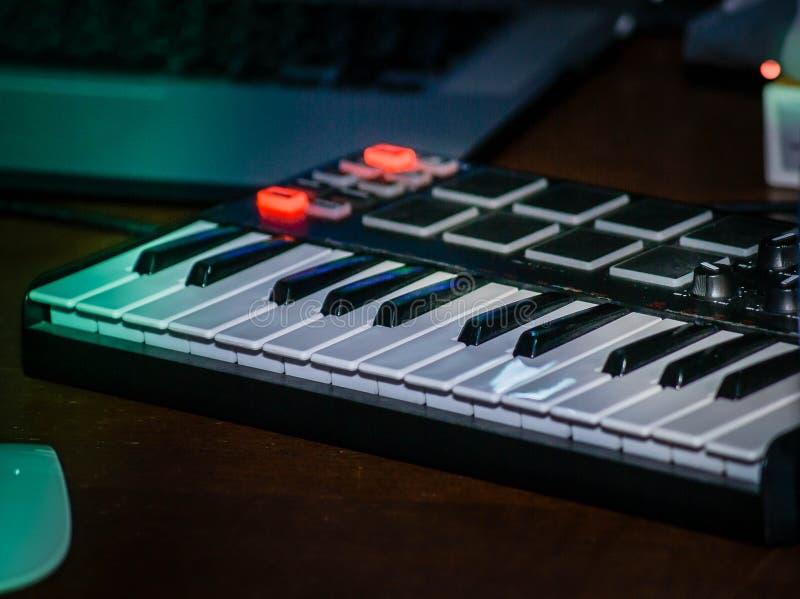Chiavi di un pianoforte elettronico immagine stock libera da diritti