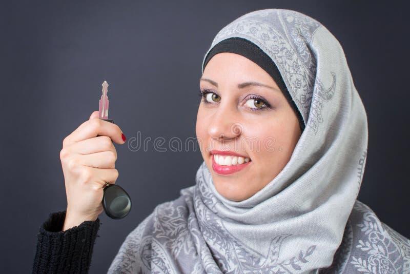 Chiavi musulmane dell'automobile della tenuta della donna fotografia stock libera da diritti