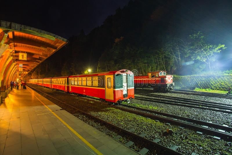 Chiayi, Taiwán - 4 de marzo de 2015: Parada del tren del vintage de Alishan en el mA imagenes de archivo