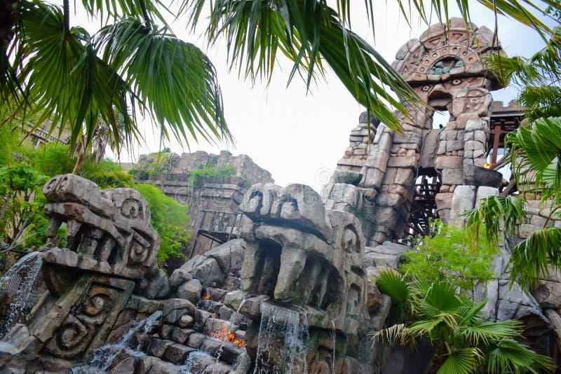 CHIBA, ЯПОНИЯ - МАЙ 2016: Свирепствуя привлекательность духов в потерянной зоне перепада реки в токио Disneysea расположенном в U стоковые изображения