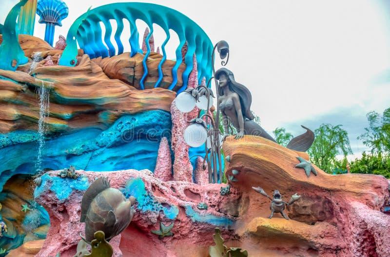 CHIBA, JAPÃO - EM MAIO DE 2016: Estátua de Ariel na lagoa da sereia no Tóquio Disneysea situado em Urayasu, Chiba, Japão imagem de stock