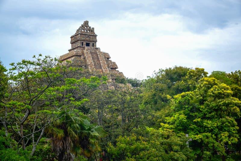 CHIBA, JAPÃO - EM MAIO DE 2016: Indiana Jones Adventure: Templo da atração de Crystal Skull em área perdida do delta do rio do Tó foto de stock
