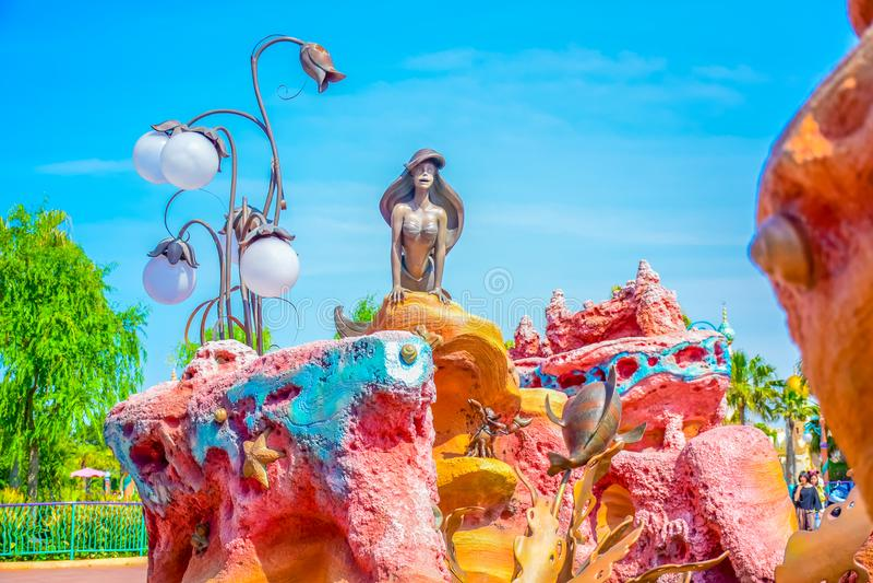 CHIBA, JAPÃO: Estátua de Ariel na lagoa da sereia no Tóquio Disneysea situado em Urayasu, Chiba, Japão imagens de stock royalty free
