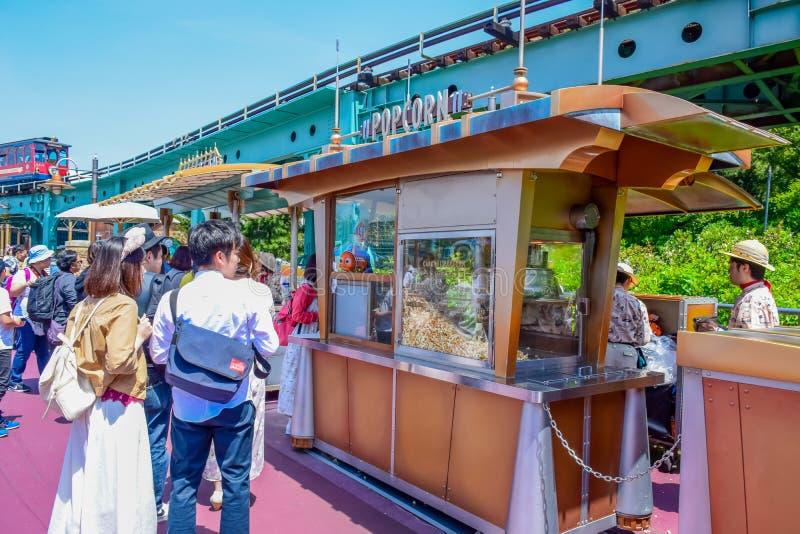CHIBA, JAPÃO: Turistas que compram a pipoca de um vagão da pipoca, Tóquio Disneysea imagem de stock