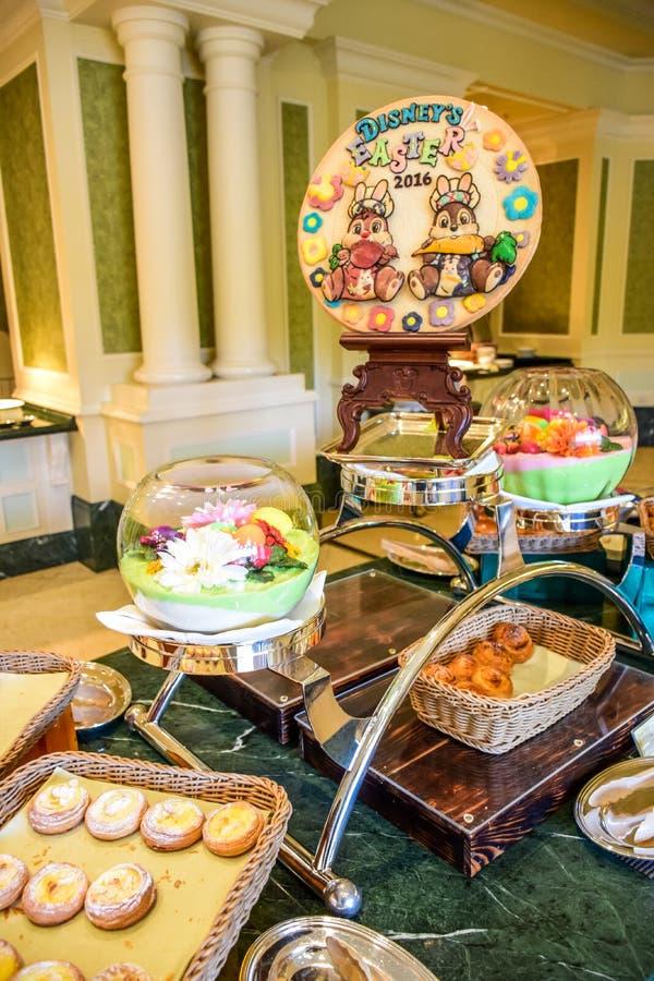 CHIBA, JAPAN: Buffetlijn het dienen in een restaurant binnen het Hotel van Tokyo Disneyland tijdens Pasen-gebeurtenisviering 2016 stock afbeelding