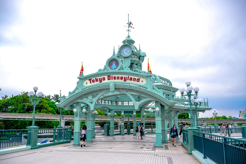 CHIBA JAPAN: Den Tokyo Disneyland bågen över passagen leder till Tokyo Disneyland Resort i Urayasu, Chiba, Japan fotografering för bildbyråer