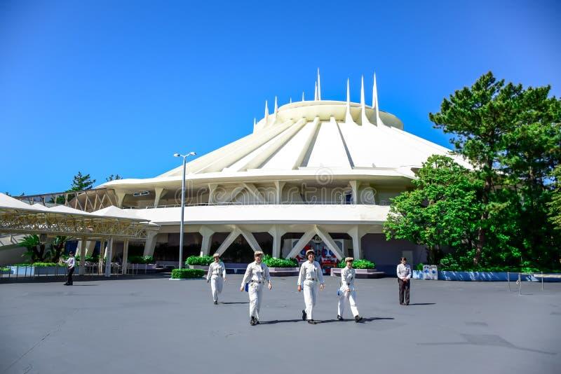 CHIBA JAPAN: Göra mellanslag bergdragningen i Tomorrowland på Tokyo Disneyland royaltyfri bild