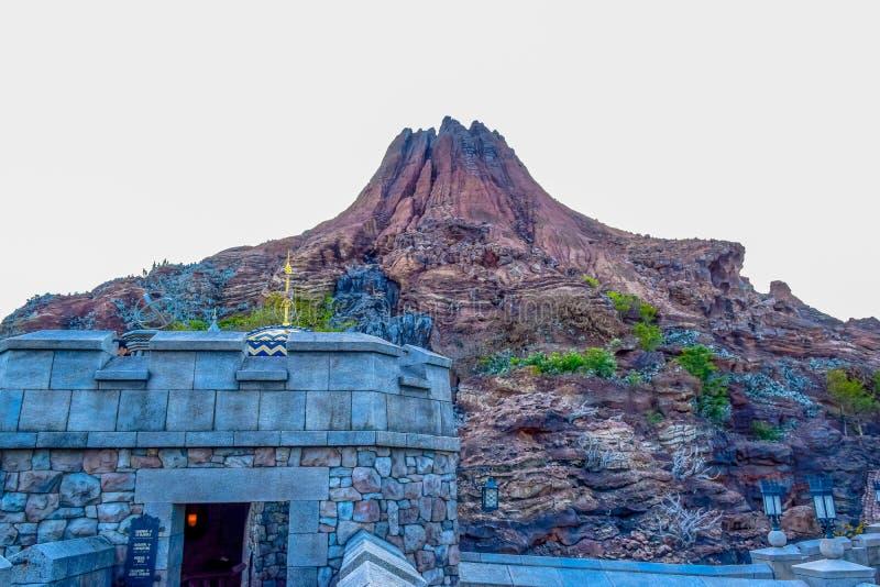 CHIBA, JAPAN: Iconische die vulkaan in Tokyo Disneysea in Urayasu, Chiba, Japan wordt gevestigd stock foto's