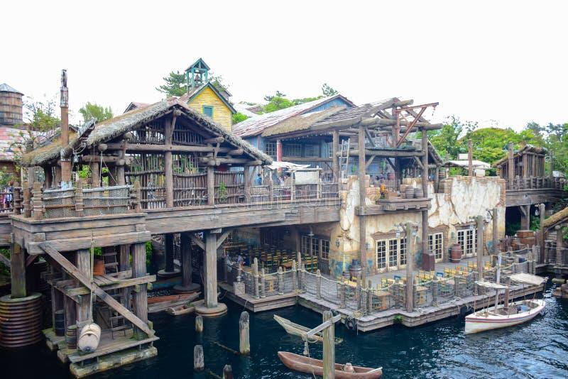 CHIBA, JAPAN - MAG, 2016: Oud oud dorp op Verloren Rivier Deltadiegebied in Tokyo Disneysea in Urayasu, Chiba, Japan wordt gevest stock foto