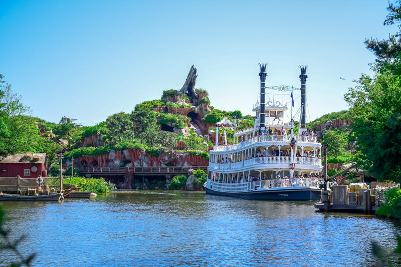 CHIBA JAPAN: Mark Twain Riverboat i floden i Westernland, Tokyo Disneyland royaltyfri bild