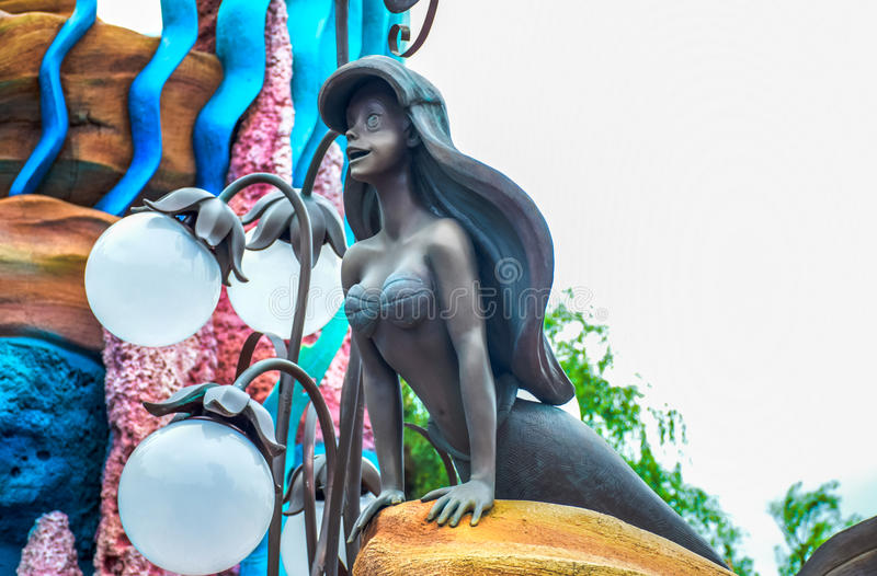 CHIBA JAPAN -, MAY 2016: Ariel staty på sjöjungfrulagun i Tokyo Disneysea som lokaliseras i Urayasu, Chiba, Japan arkivbild