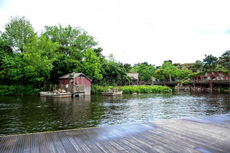 CHIBA JAPAN: Tom Sawyer Island Rafts i Westernland, Tokyo Disneyland royaltyfri fotografi