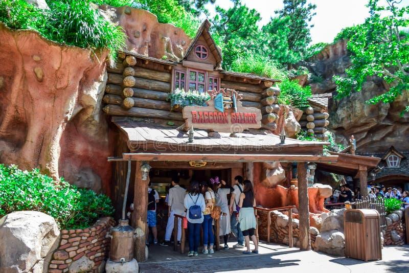 CHIBA JAPAN: Tvättbjörn Saldon, små kios för en godis i nötkreaturlandet, Tokyo Disneyland royaltyfria bilder