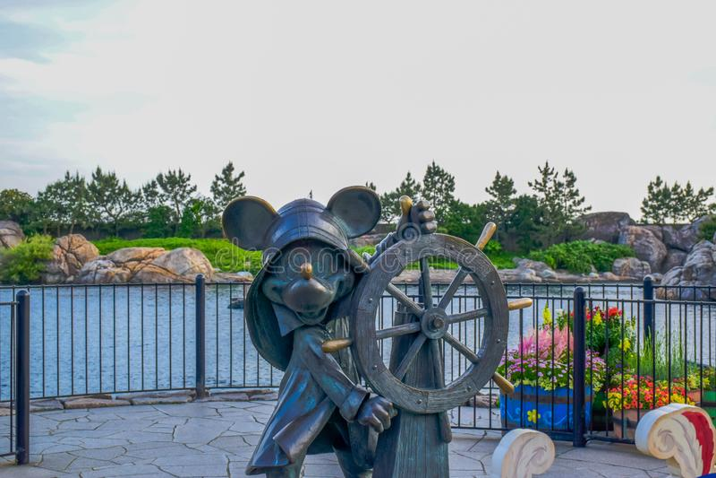 CHIBA, JAPAN: Varend die de cruisestandbeeld van Mickey Mouse in Tokyo Disneysea in Urayasu, Chiba, Japan wordt gevestigd stock foto