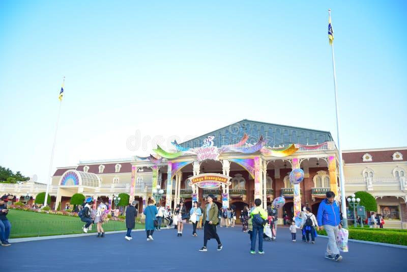 CHIBA, JAPAN: Veel toerist die Tokyo Disneyland in het geval van de Toevlucht vijfendertigste Gelukkigste Viering van Tokyo Disne stock afbeeldingen