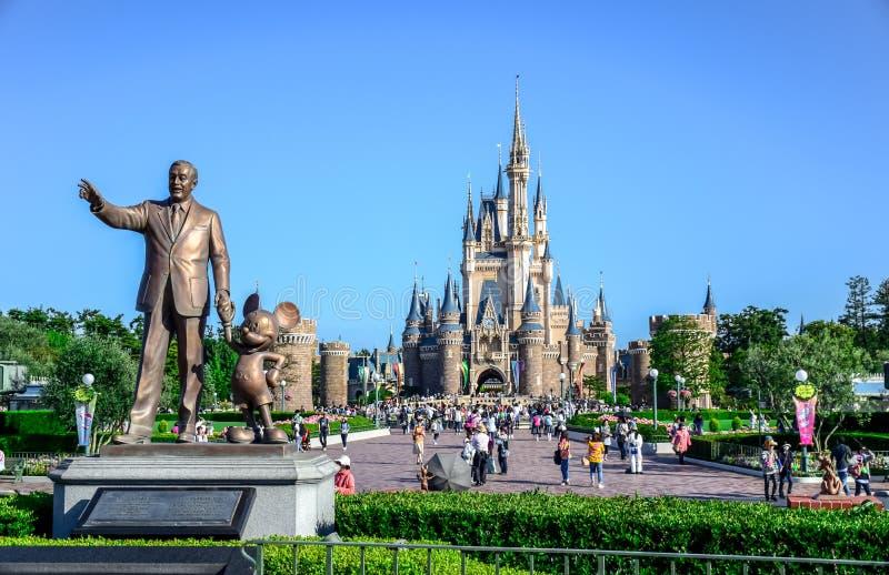 CHIBA, JAPAN: Walt Disney-standbeeld met mening van Cinderella Castle op de achtergrond, Tokyo Disneyland royalty-vrije stock afbeeldingen