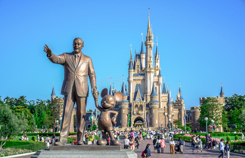 CHIBA, JAPAN: Walt Disney-standbeeld met mening van Cinderella Castle op de achtergrond, Tokyo Disneyland royalty-vrije stock foto