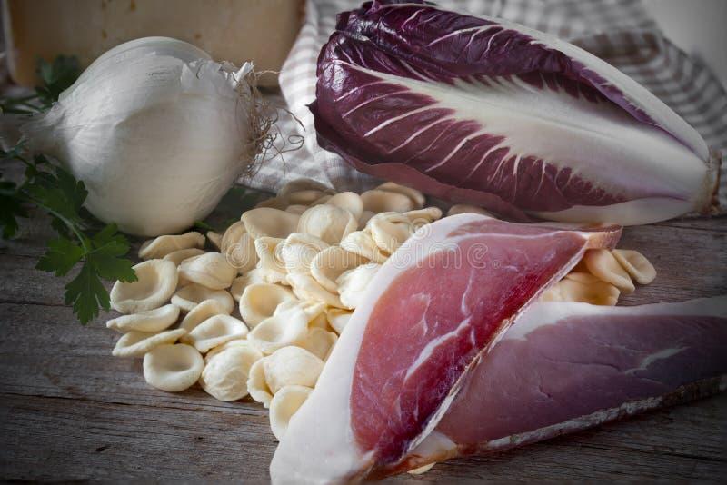 Chicória da salpicadura de Orecchiette dos ingredientes imagens de stock