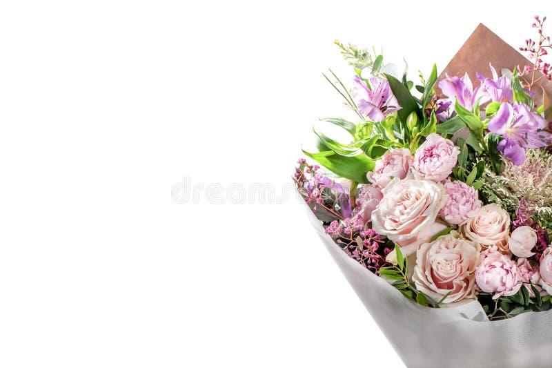 Chic bukett av blommor på vit, rosor, astromelia, pe fotografering för bildbyråer
