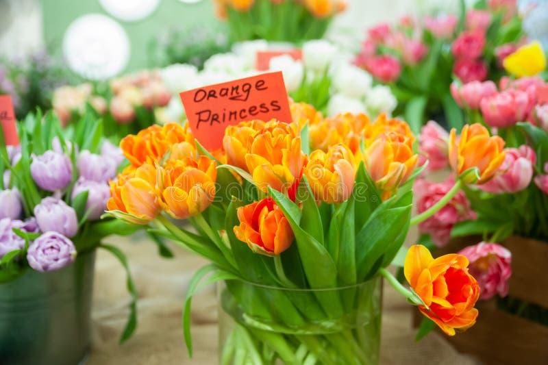 Chic bukett av dagen för prinsessa för orange tulpanvariation den orange, Hello vår- och kvinna royaltyfria foton