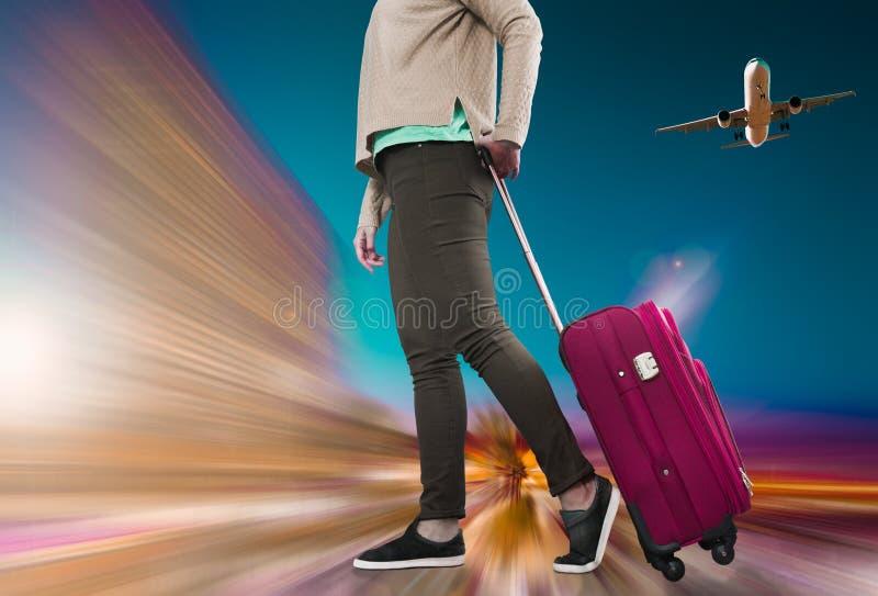Chica con maleta sobre ruedas imagenes de archivo